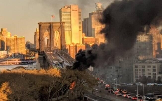 Acidente na ponte que liga o Brooklyn a Manhattan, em Nova York, deixou pelo menos uma pessoa morta