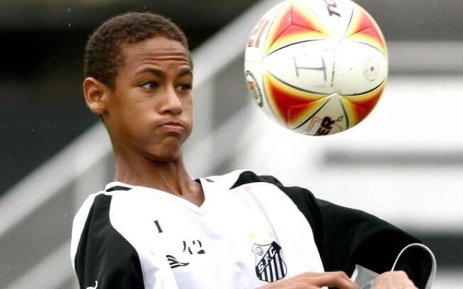 Quando começou a carreira, Neymar usava  cabelo normal, raspado