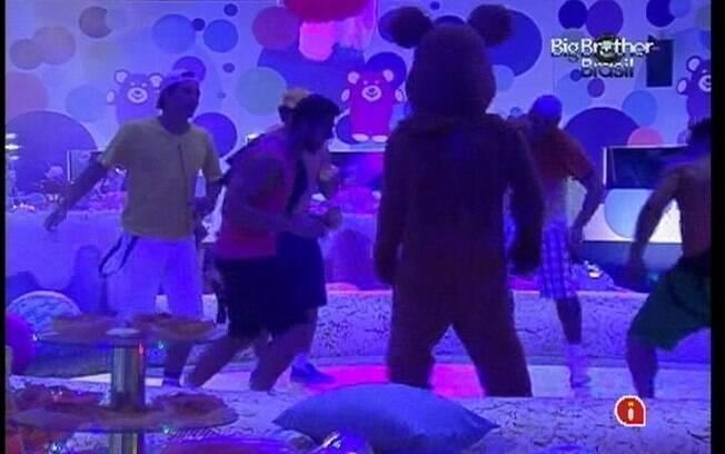 Brothers dançam com Ursinho