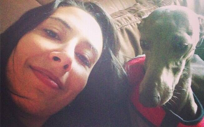 Sheilla, oposto da seleção brasileira de  vôlei e do Sollys/Nestlé, com um dos seus  cachorros. Ela também tem um yorkshire