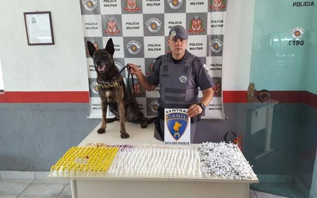 O Cão Aruk, da raça Pastor Holandês, e seu condutor, Soldado Eduardo