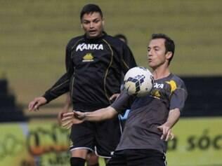 Jogadores que participaram da última partida começaram com exercícios de recuperação, e reservas treinaram força e tática