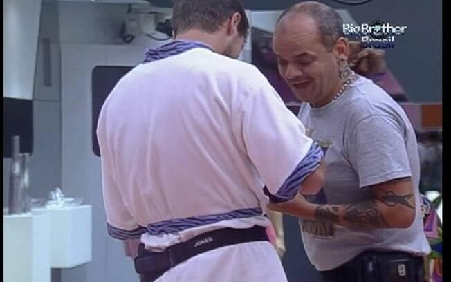Jonas inventa moda e João Carvalho se diverte com a ideia do brother