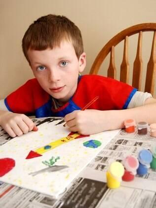 Forçar uma criança canhota a escrever com a mão direita é uma prática que ilustra a falta de conhecimento sobre o desenvolvimento infantil de antigamente