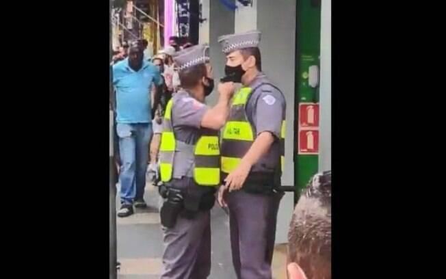 PM armado discute e aponta arma a outro policial em SP