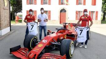 Cristiano Ronaldo visita fábrica da Ferrari e presenteia Leclerc e Sainz