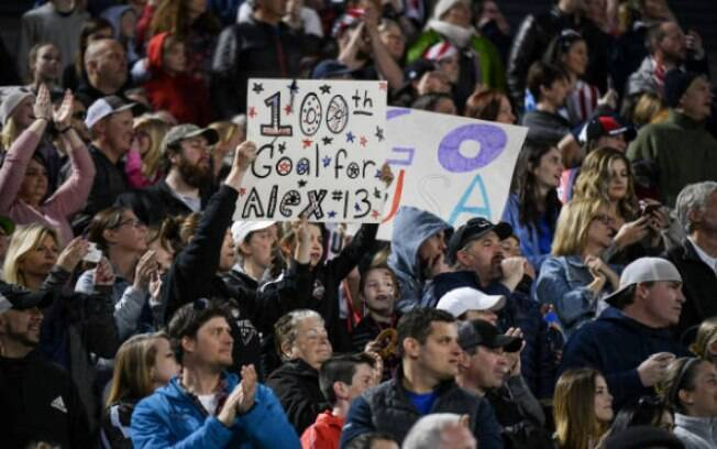 Cartaz para o gol 100 de Alex Morgan no amistoso entre EUA x Austrália