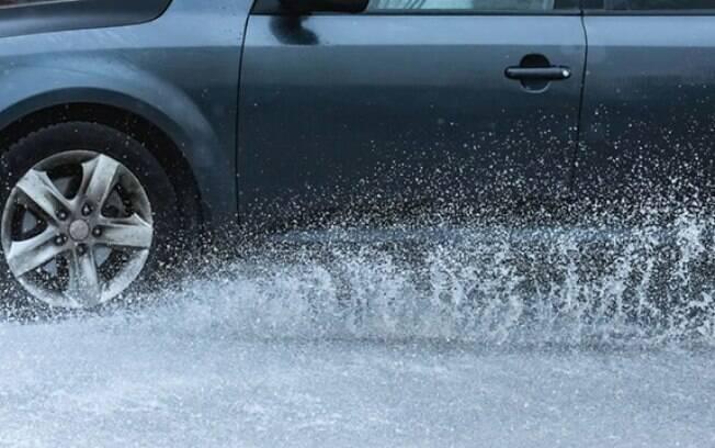 Molhar os pedestres é uma infração de trânsito que poucos motoristas conhecem