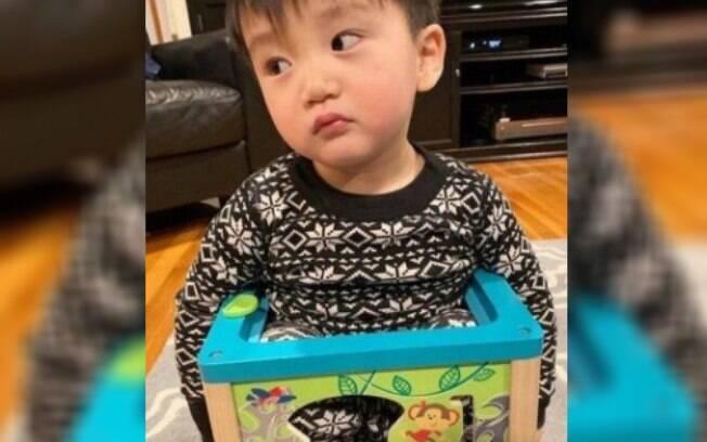 Bebê de um ano e dez meses estava brincando em casa quando ficou entalado em um brinquedo de plástico