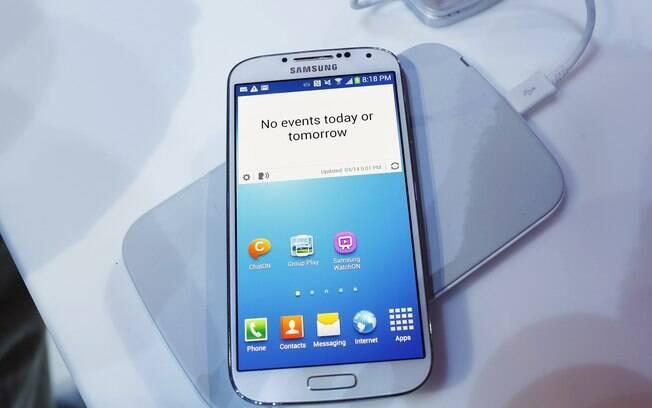 Base permite carregar a bateria do Galaxy S4 sem conectar cabo ao aparelho