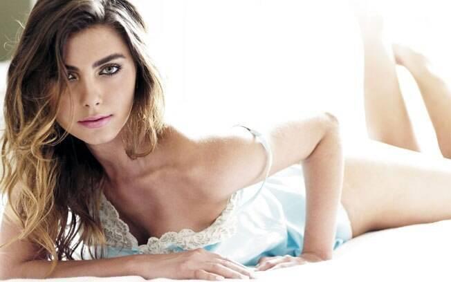 De camisola, Letícia Wiermann em ensaio sensual para a