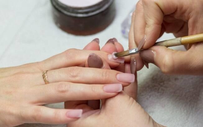 A alergia é bastante comum se você tenta fazer alongamento de unhas sozinha ou com profissionais com pouca experiência