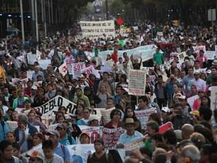 MUNDO - MEXICO Tens of thousands of demonstrators march in protest for the disappearance of 43 students in the state of Guerrero, in Mexico City, Wednesday, Nov. 5, 2014. Federal police detained yesterday Iguala Mayor Jose Luis Abarca and his wife, Maria de los Angeles Pineda, who are accused of ordering the Sept. 26 attacks on teachers' college students that left six dead and 43 still missing.  FOTO: Marco Ugarte/AP