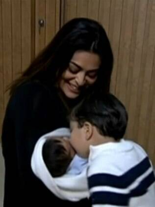 Juliana Paes apresenta segundo filho ao 'Fantástico'