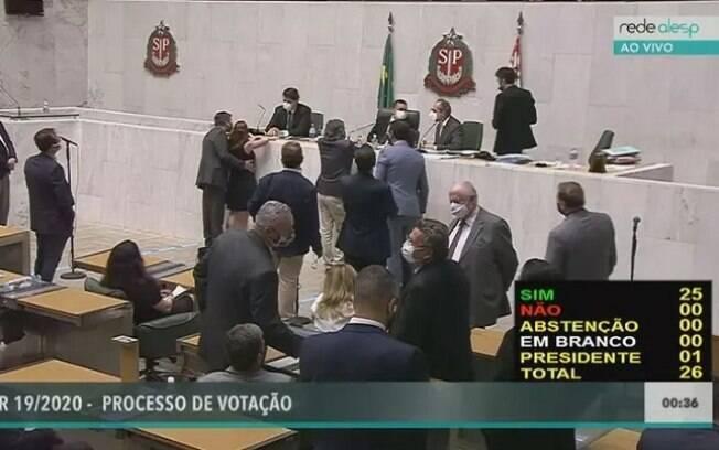 Deputado estadual Fernando Cury (Cidadania) coloca mão no seio de deputada estadual Isa Penna (PSOL) durante sessão na Alesp