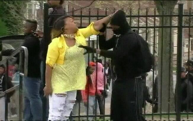 Mãe puxou filho pela orelha em rua de Baltimore, EUA