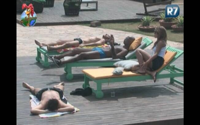 Competidores tiveram que interromper o papo à beira da piscina