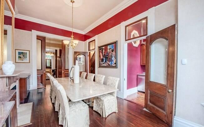 Após as reformas, o que antes era um prédio se tornou uma casa, e os lances para adquiri-la começam em R$ 1,6 milhão