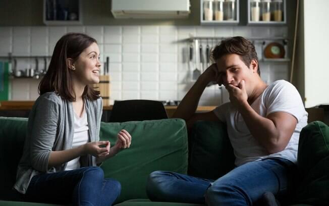 Para não deixar o trabalho atrapalhar o relacionamento, os casais devem conversar a fim de encontrarem um equilíbrio