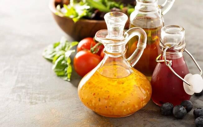 Os temperos devem ser armazenados em recipientes de vidro; no caso dos temperos frescos, o consumo deve ser imediato
