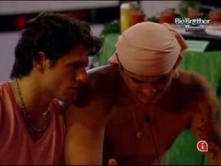 Sem avisar Monique, João Maurício foi conversar com Rafa sobre o interesse da loira. A negativa do carioca e a atitude do pecuarista deixaram a moça irritada