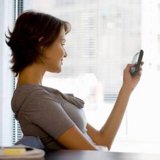 Mandar uma mensagem carinhosa ao longo do dia demonstra cuidado e atenção com o outro