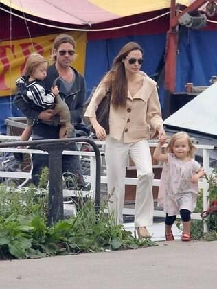 Angelina Jolie e Brad Pitt com os gêmeso Knox e Vivienne