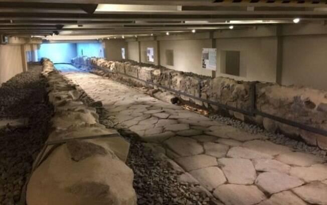 Estrada antiga e vestígios dos corpos foram descobertos durante a construção de um restaurante da rede McDonald's