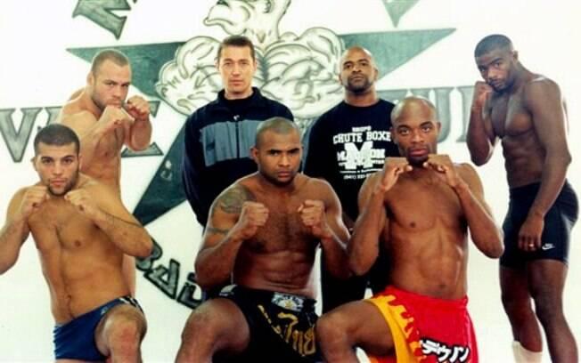Imagem antiga da academia Chute Boxe, com  atletas como Murilo Ninja, Pelé e Anderson Silva