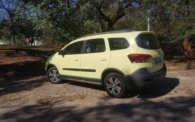 A traseira da Chevrolet Spin Activ ganha lanternas horizontais, dando a impressão de que o utilitário ficou mais largo