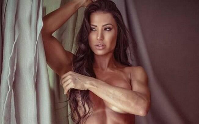 Gracyanne Barbosa posa sensual de topless