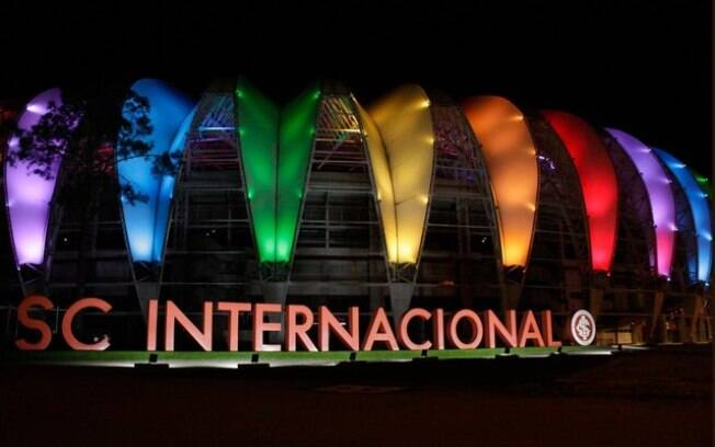 O estádio do Internacional foi iluminado com as cores do arco-íris em referência ao Dia do Orgulho LGBTI+