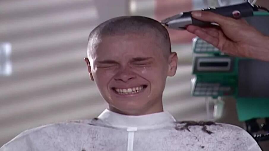 Carolina Dieckmann raspando o cabelo em