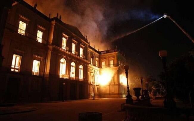 Peritos da Polícia Federal vão investigar causas de incêndio no Museu Nacional, no Rio de Janeiro