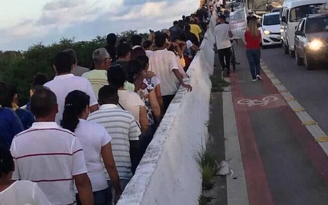 Voluntários se revezam desde o dia 20 de abril para impedir suicídio em ponte