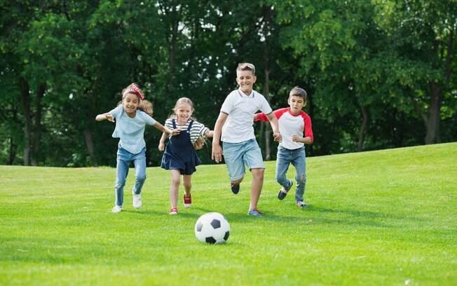 Jogo de futebol precisa estar presente na festa, mas, se não há espaço, há outras atividades possíveis de serem feitas