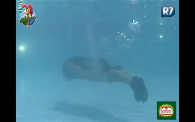 De meias pretas e suadas, Gui mergulha na piscina