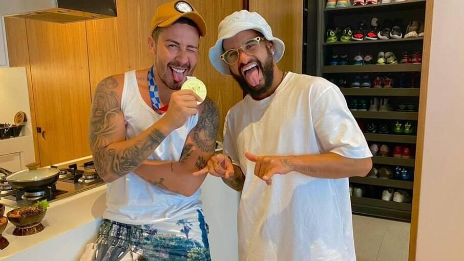 Ítalo Ferreira dá para Carlinhos Maia prancha com que ganhou medalha