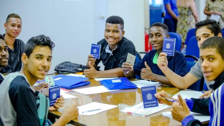Jovens com carteira assinada