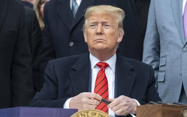 Donald Trump, presidente dos Estados Unidos, busca aprovar pacote de US$ 850 bilhões contra o coronavírus