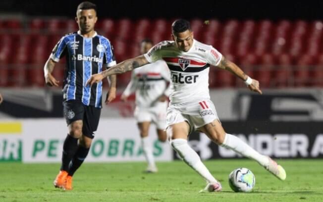 Matheus Henrique, meio-campista do Grêmio, e Luciano, atacante do São Paulo, durante empate em 0 a 0 no Morumbi neste sábado (17)