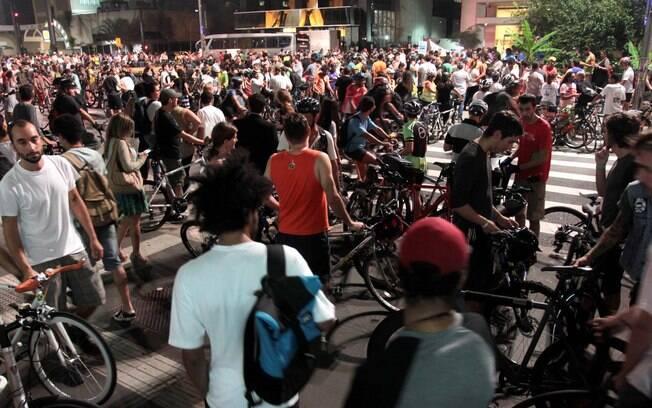 Centenas de cicloativistas ocupam todas as pistas da mais famosa via paulistana, nesta sexta-feira