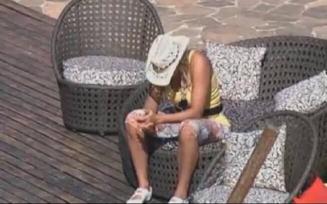 Ângela Bismarchi triste e pensativa no deck da sede. Segundo ela, irmã que morreu era sua melhor amiga