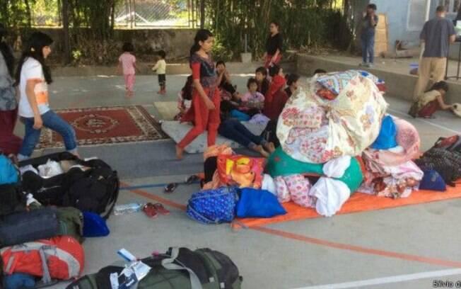 Com medo de tremor, crianças de projeto social voltaram a se abrigar em quadra. Nesta terça-feira (12), forte réplica do terremoto voltou a atingir Katmandu (Nepal)