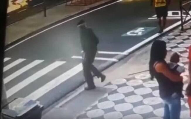 Pessoas que estavam no local relataram que o idoso estava na faixa de pedestres  e que o motorista vinha alta velocidade