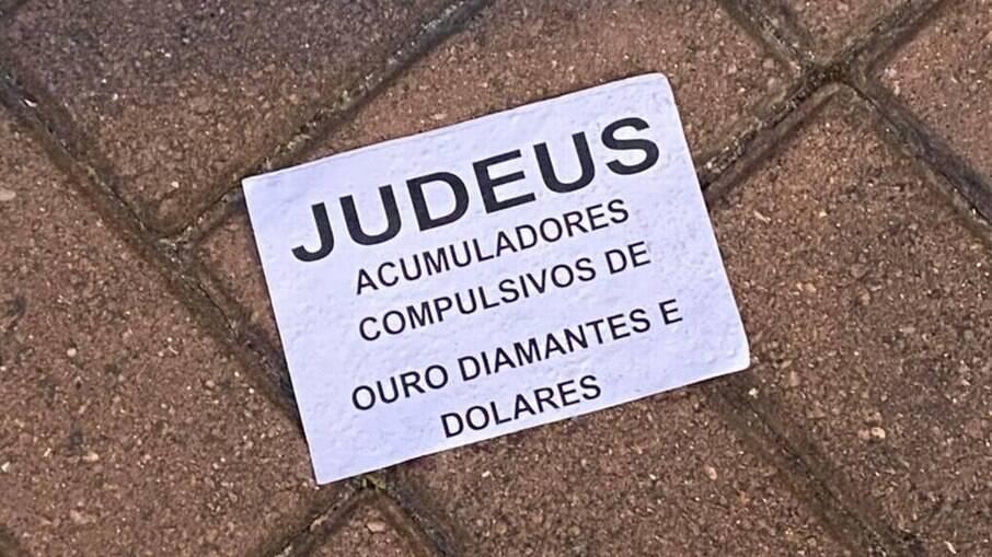 Um dos bilhetes que foi jogado em condomínios da Barra da Tijuca