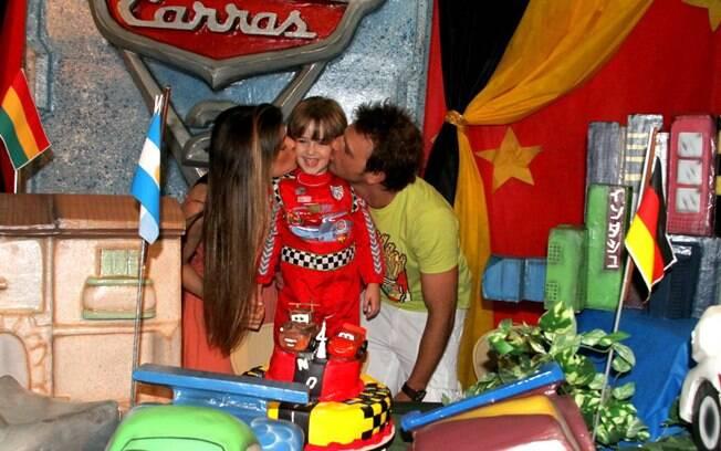 Cássio e a namorada Paula Lucas posam beijando Noah