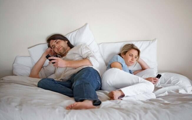 Não tem como a libido acender quando os parceiros vão para o quarto e ficam o tempo todo no celular checando o WhatsApp e as redes sociais