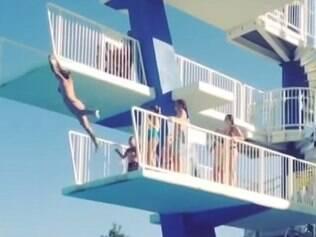 Tombo em piscina já foi visto mais de 450 mil vezes.