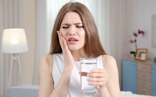 Dor de dente pode aparecer devido a alguns costumes que você tem; entenda